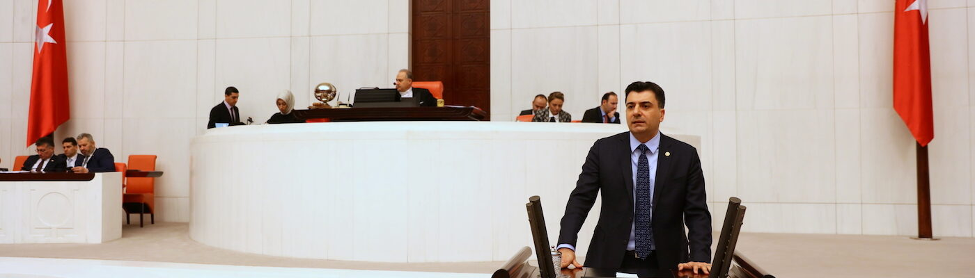 Zeynel Emre meclis kürsüsünde konuşma yapıyor